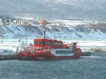 海洋交流センターに停泊するガリンコ号2