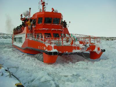 紋別の砕氷船「ガリンコ号」