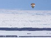 気球と流氷、夢のコントラストです。