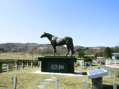 シンザン馬像